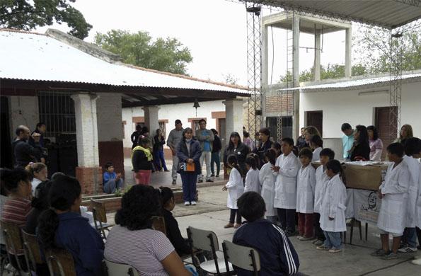 Los niños y niñas de la provincia de Jujuy en pleno acto de entrega de los guardapolvos.
