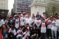 """Los adolescentes del proyecto """"Repartiendo sueños"""" en su visita a Plaza de Mayo."""