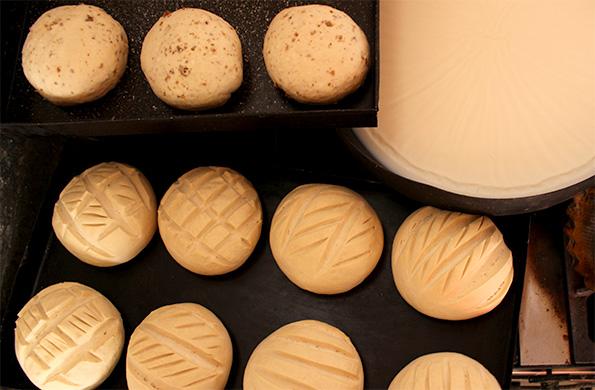 Quimey Quipan se dedica a la elaboración de panes caseros, churros, prepizzas y facturas.