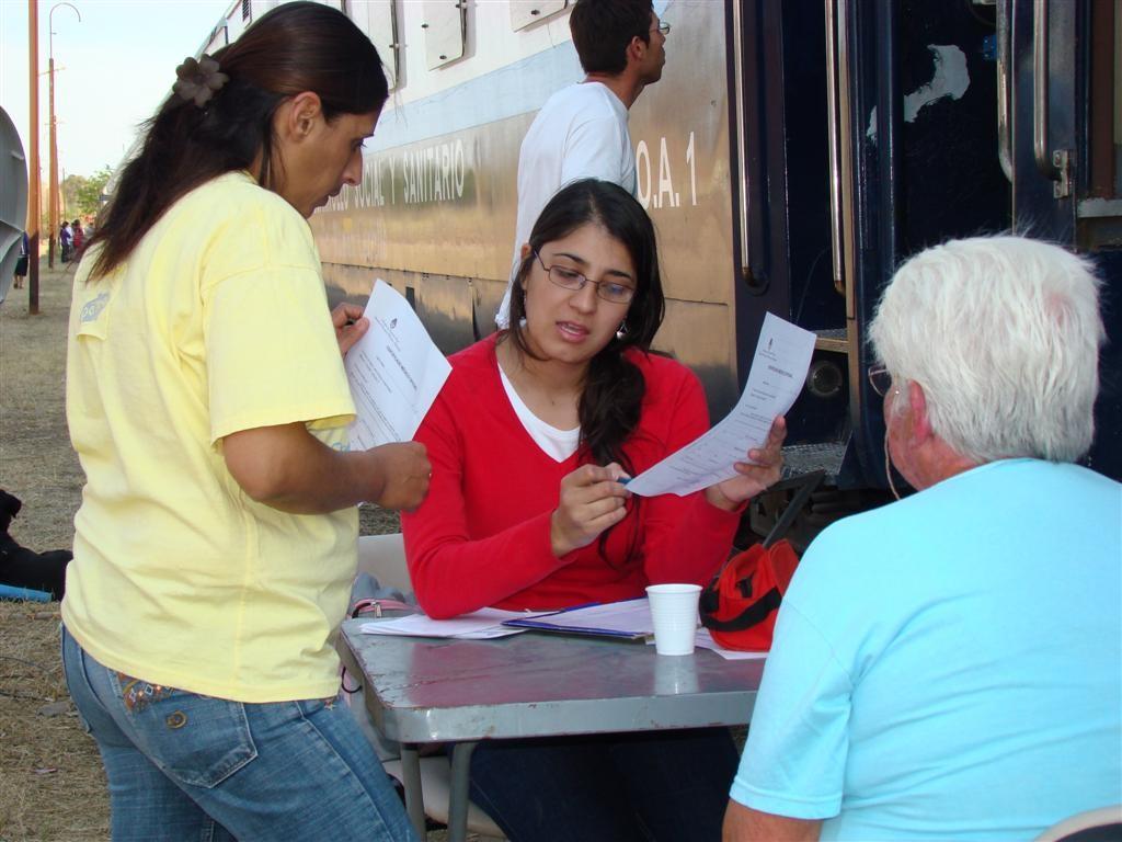 Profesionales del Ministerio de Desarrollo Social brindando asesoramiento a los pobladores.(archivo)