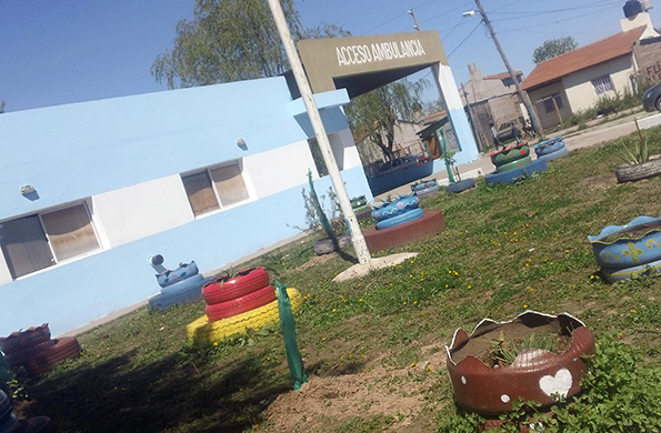 El exterior del Centro Integrador Comunitario quedó pintado de celeste y blanco.