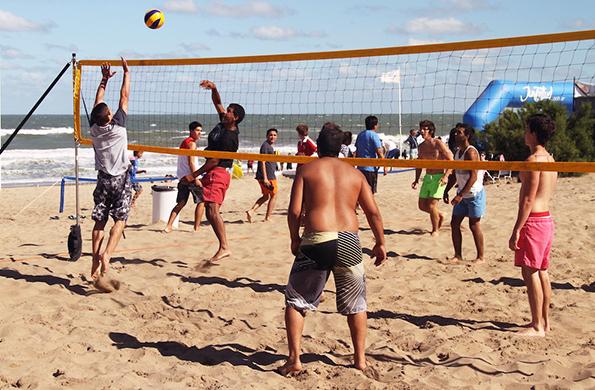 También se realizan actividades deportivas como vóleibol, básquetbol, fútbol tenis y pelota cabeza.