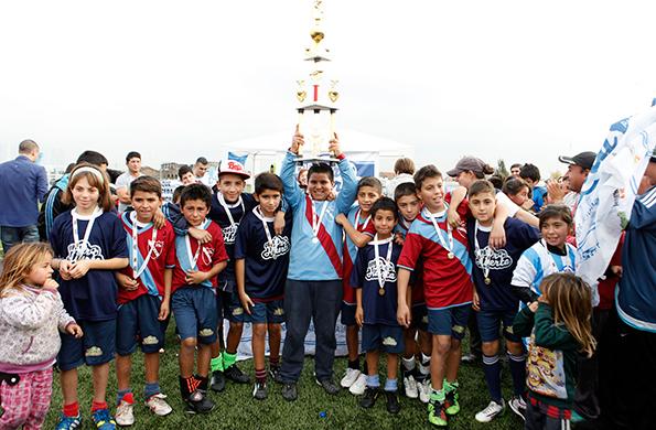 Los chicos ganadores de la copa festejan junto a sus amigos.