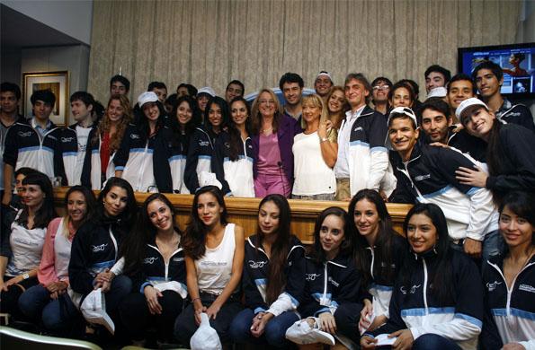"""La ministra Alicia Kirchner junto al cuerpo de baile de """"Danza por la inclusión""""."""