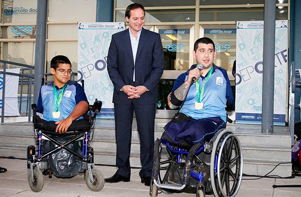 El secretario de Deporte, Camau Espinola junto a los atletas que participaron en los juegos