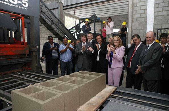 Alicia Kirchner y Amado Boudou recorrieron el Polo Productivo donde funciona una planta de hormigón.
