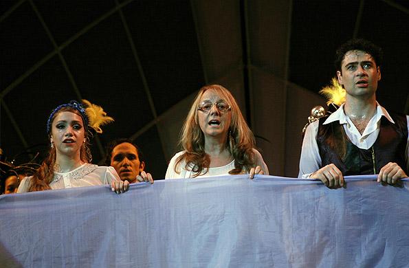El elenco de Danza por la inclusión y Alicia Kirchner entonaron las estrofas del Himno Argentino.