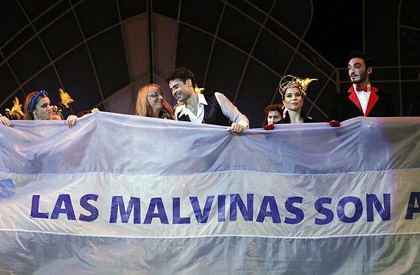 Alicia Kirchner junto a Iñaki Urlezaga y el cuerpo de baile desplegaron la bandera argentina.