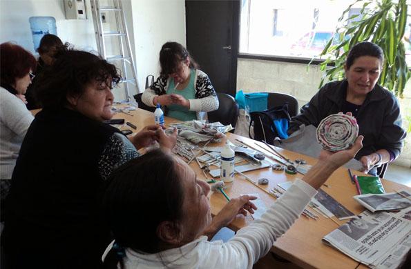 En Laferrere las mujeres realizaron un taller sobre tejido de canastas hechas con papel .