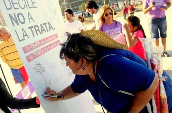 Los turistas y visitantes de Mar del Plata se acercan a participar de la campaña.