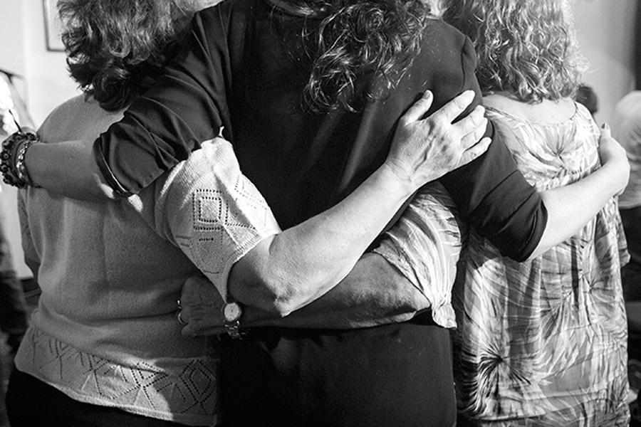 Mujeres entrelazadas en un abrazo