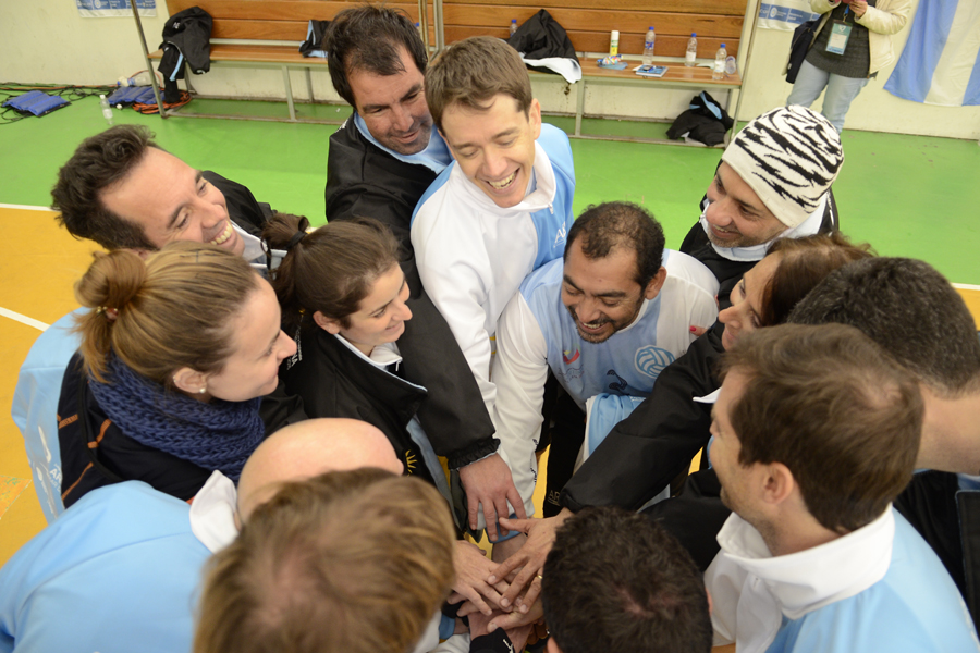 Manuel Junto a sus compañeros de equipo antes de entrar a jugar.