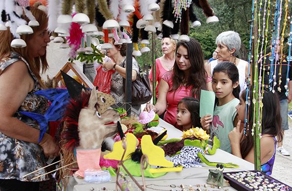 Los emprendedores comercializan artesanías, manualidades, muñecos, panificados, pintura y tejidos.
