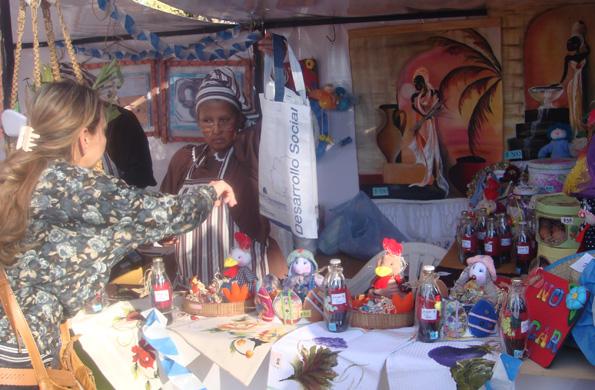 Cincuenta emprendedores y artesanos locales participan de este espacio.