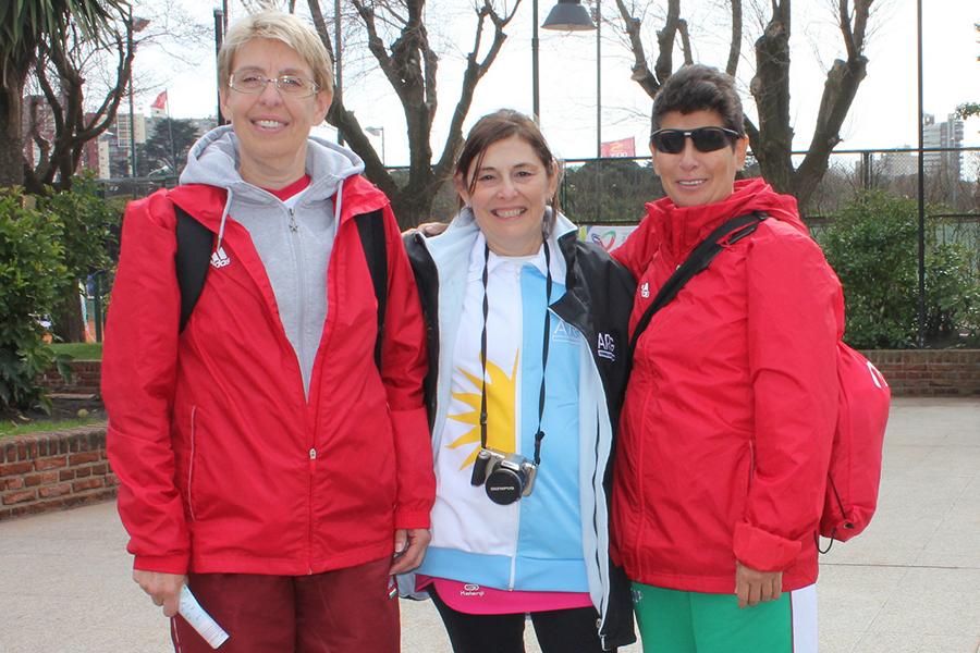 La argentina Marga Burgos junto a dos representantes de Hungría.