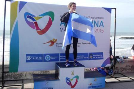 La joven rionegrina luce su medalla dorada en la cima del podio.