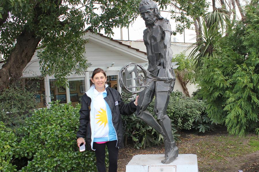 Marga Burgos, singlista argentina que en Sudáfrica 2013 ganó medallas de bronce en single y dobles, junto a la estatua de Guillermo Vilas.