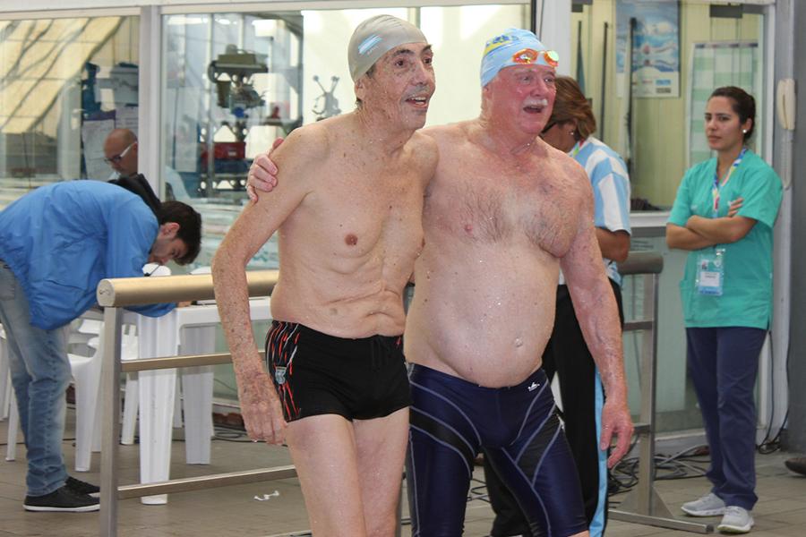 El argentino Raúl Guarro, de 78 años, y el australiano Robert Kirkbride, de 71, abrazados tras la dura competencia bajo el agua.
