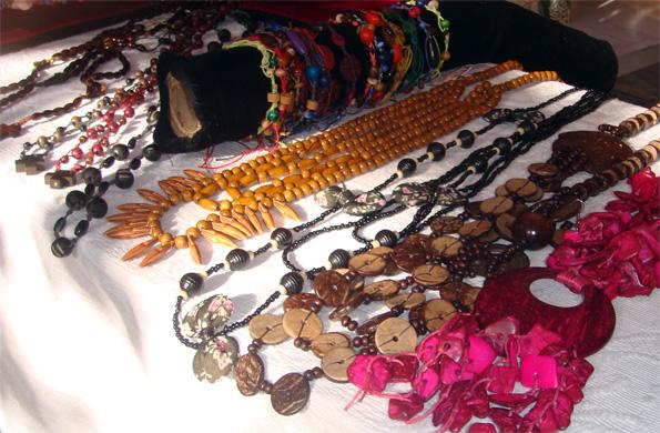 En la feria se exhiben y venden artesanías, indumentaria, tejidos y productos de gastronomía.
