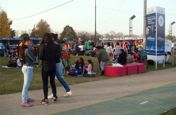 Emprendedores de la economía social en la feria de Santa Fe.