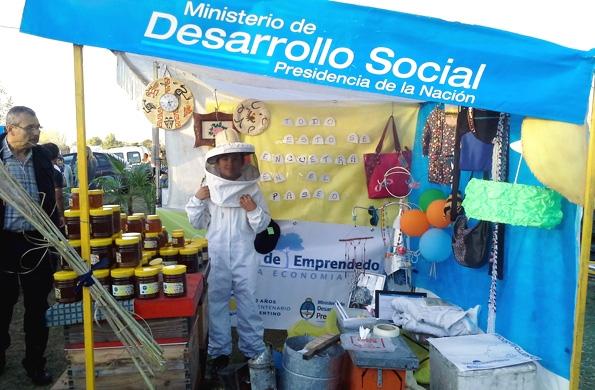 Más de 50 emprendedores comercializan sus productos en la feria de San Vicente.