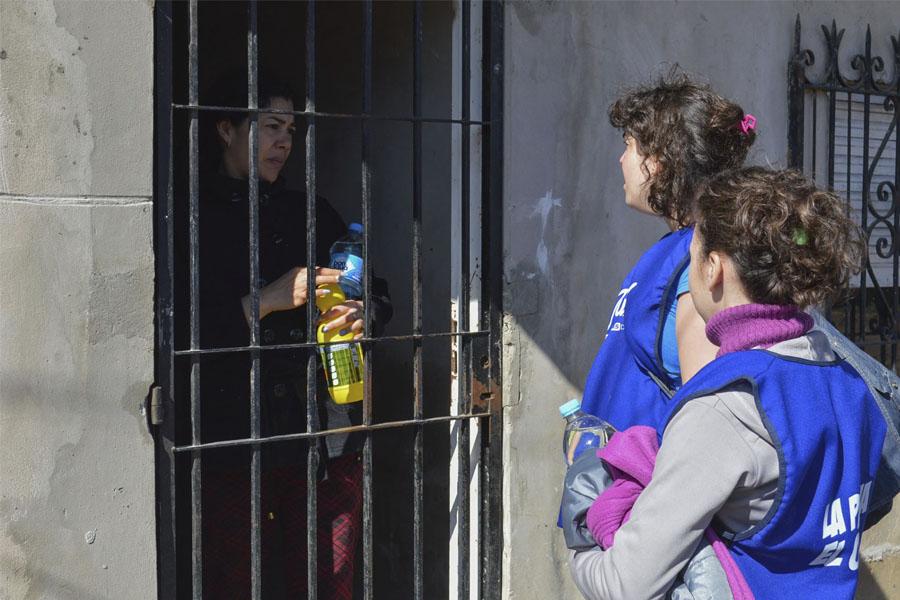 Voluntarios continúan trabajando en los distritos de la provincia de Buenos Aires afectados por las lluvias.