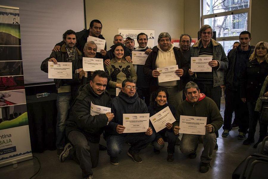Los participantes con su certificado de finalización.