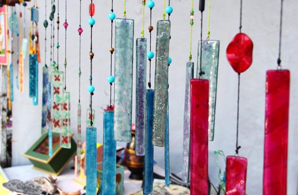 En la feria se comercializaron tejidos, vitrofusión, bijouterie, juegos y artesanías en mimbre.