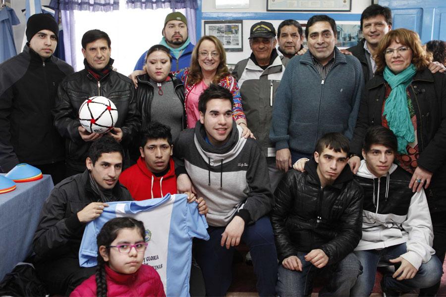 """Entregó camisetas, pelotas y equipamiento deportivo para el club """"Honor y gloria para los héroes de Malvinas""""."""