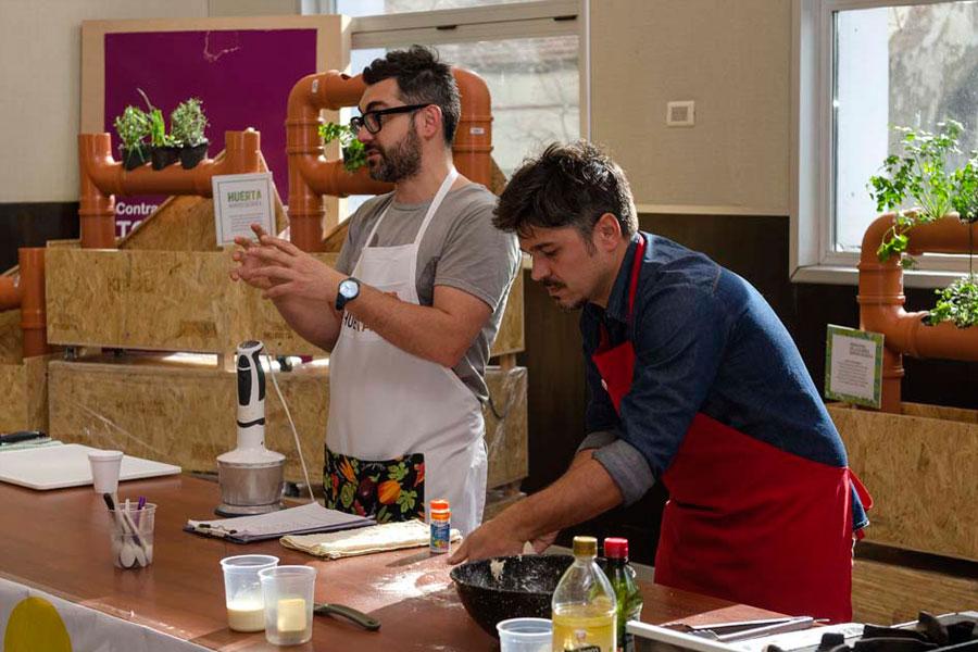 Cocineros Argentinos brindando la capacitación y cocinando con productos agroecológicos.