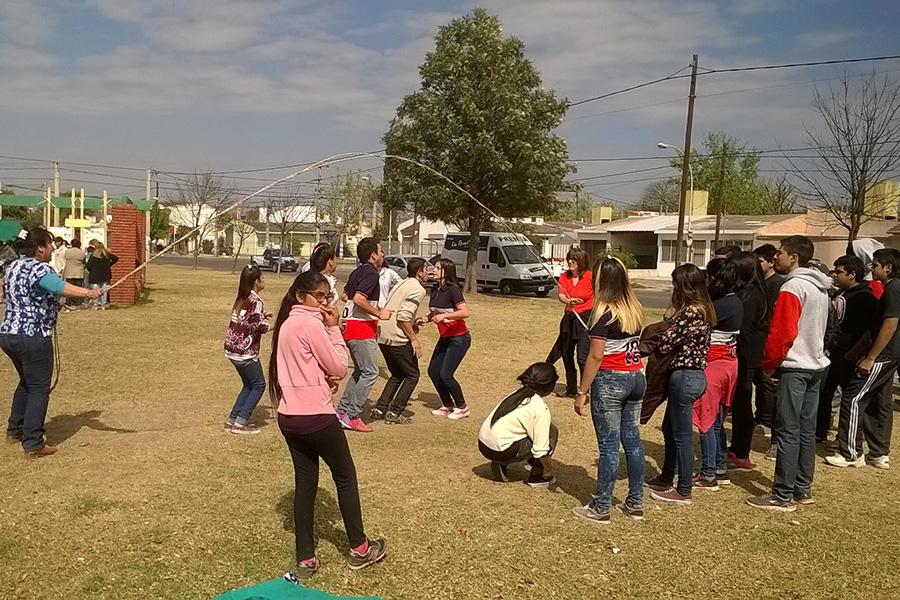 Jóvenes del barrio Marqués de Sobremonte festejaron la primavera con una kermes.