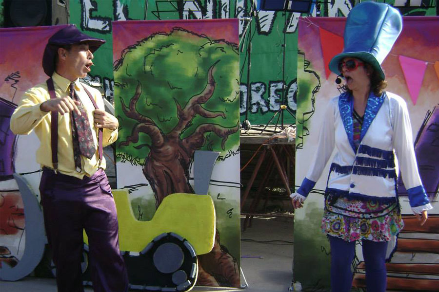 """los participantes disfrutaron la obra """"La Plaza de Todas y Todos"""" de """"La Embajada de la Alegría""""."""