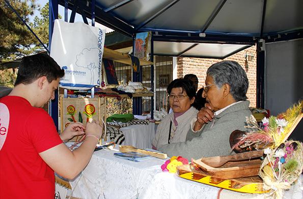 En la feria se comercializan artesanías en cuero, madera, tejidos, herrería y dulces.