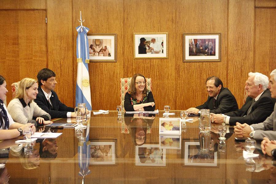 Alicia Kirchner firma de convenio con Hospital El Cruce