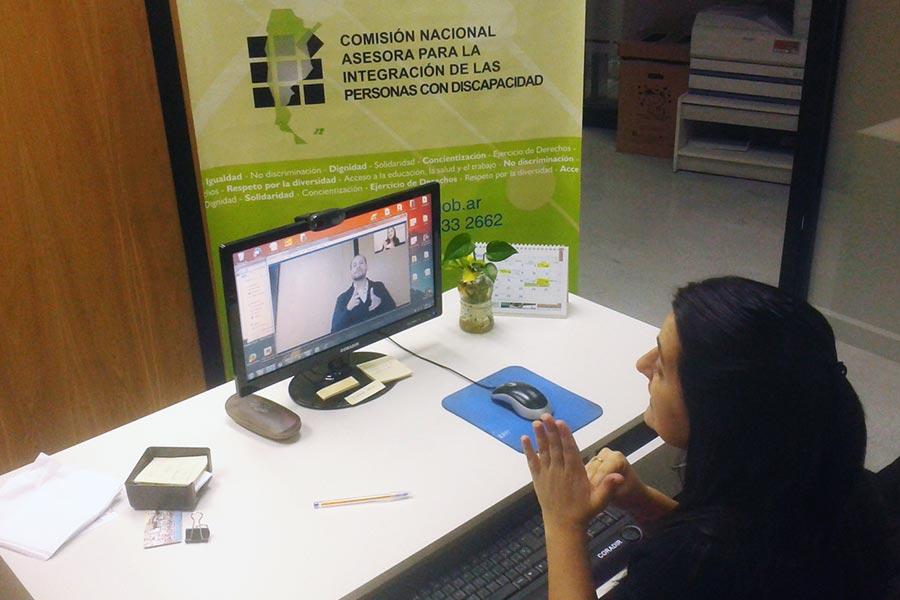 Conadis implementará lenguaje de señas por teleconferencia para información gubernamental.