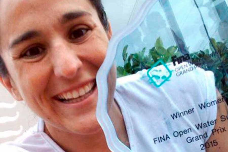 Pilar Geijo con el premio que la consagró tetracampeona mundial de natación.