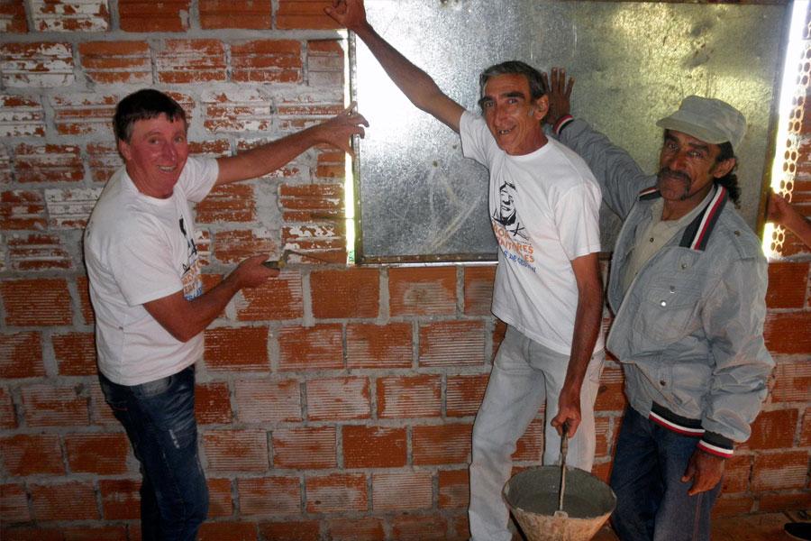 Integrantes de la comunidad mejoraron y refaccionaron el salón de usos múltiples de la Escuela N°287.