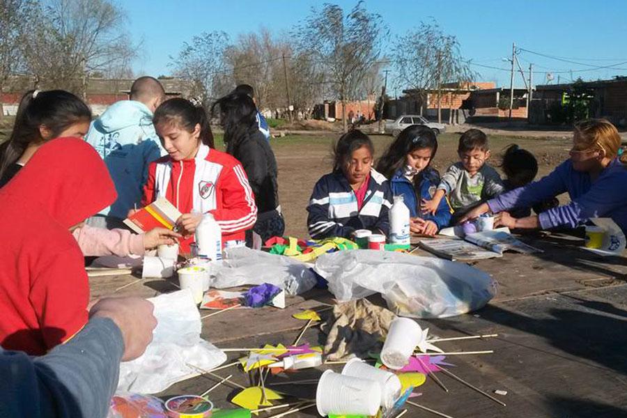 los niños y jóvenes de la zona sur de Buenos Aires, se divirtieron realizando diseños y dibujos en la jornada solidaria.