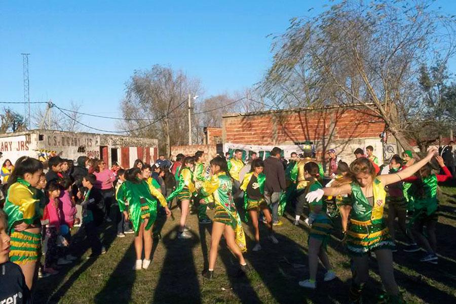 """La murgas """"los Imparables de Quilmes"""" bailaron el fin de semana junto a la comunidad."""