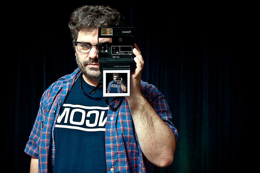 """El actor y director de cine Sebastián de Caro dicta los talleres de podcast """"Creo en tu voz""""."""