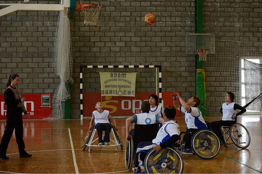 Las personas con discapacidad también mostrar su destreza deportiva.