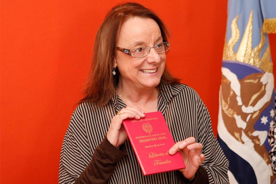 Alicia Kirchner con una libreta familiar de Río Gallegos.