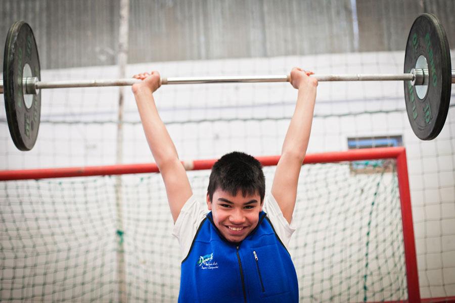 Jorge Barrios tiene 13 años y practica levantamiento de pesas.