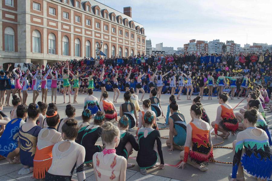 Las chicas de gimnasia rítmica hicieron una presentación en el cierre de la ceremonia.