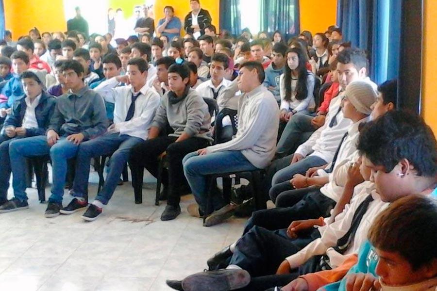 Grupo de jóvenes en la apertura del CIC de Tama.