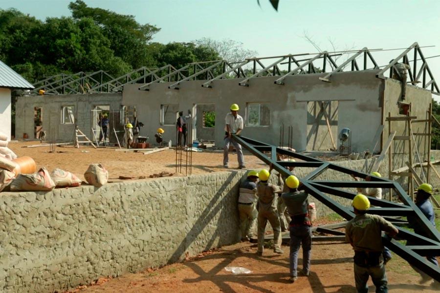 Los habitantes de la isla Apipé Grande construyendo un centro integrador comunitario.