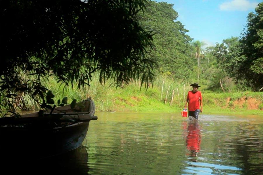 hombre de corrientes atravesando el río a pie