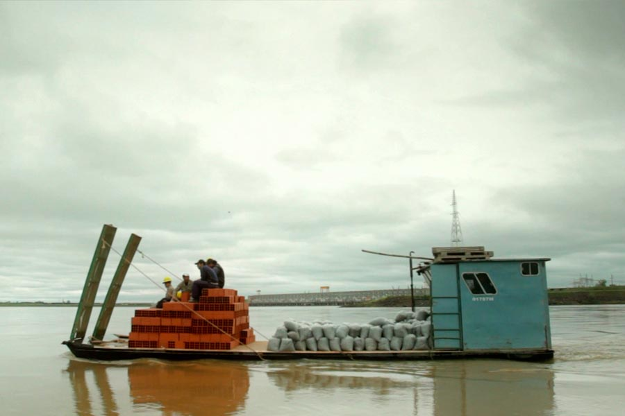 Habitantes de la isla trasladando los materiales para la construcción del CIC