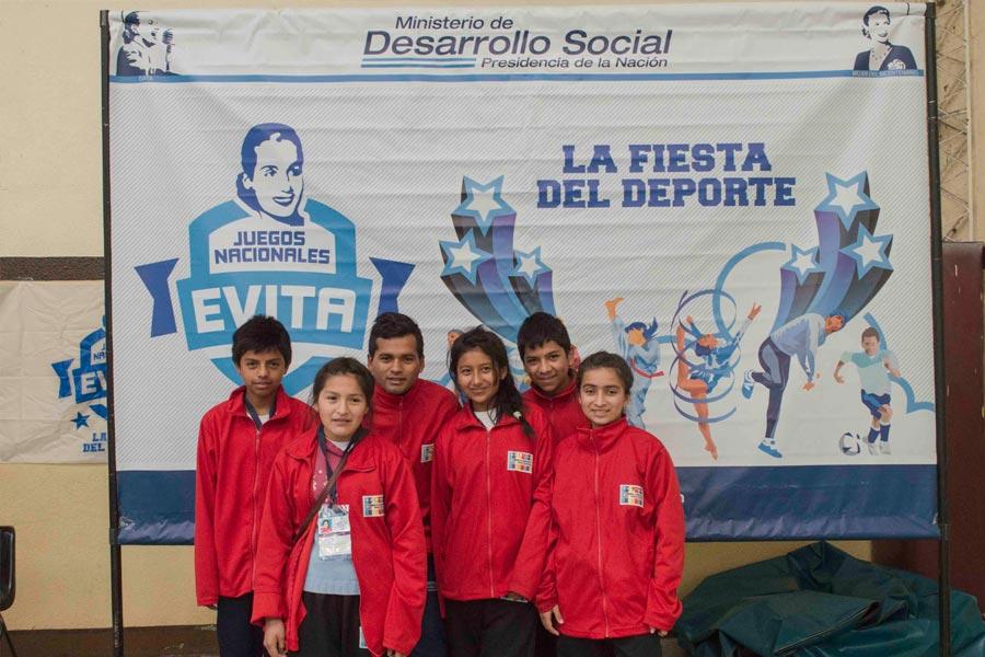 El equipo Sub 14 de lucha olímpica de Los Toldos guiado por su entrenador Américo Tejerina.