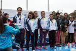 Las campeonas Giovanna Conforti, Yamila Maliz, Camila Utrean, Yasmín Campos y Karen Castro reciben la medalla dorada en la pista del EMDER.